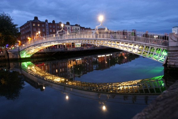 Dublin - most Ha´Penny bridge přes řeku Liffey